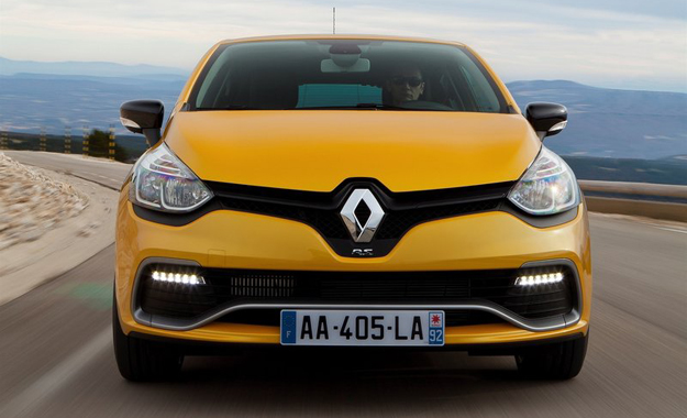 Aggressive front apron and RS decal just below the Renault diamond are among the exterior highlights