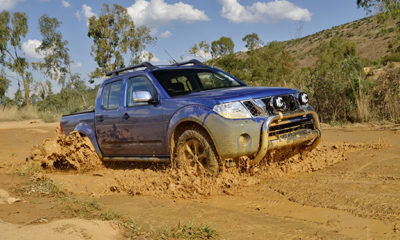 Nissan Navara Safari front three-quarter picture
