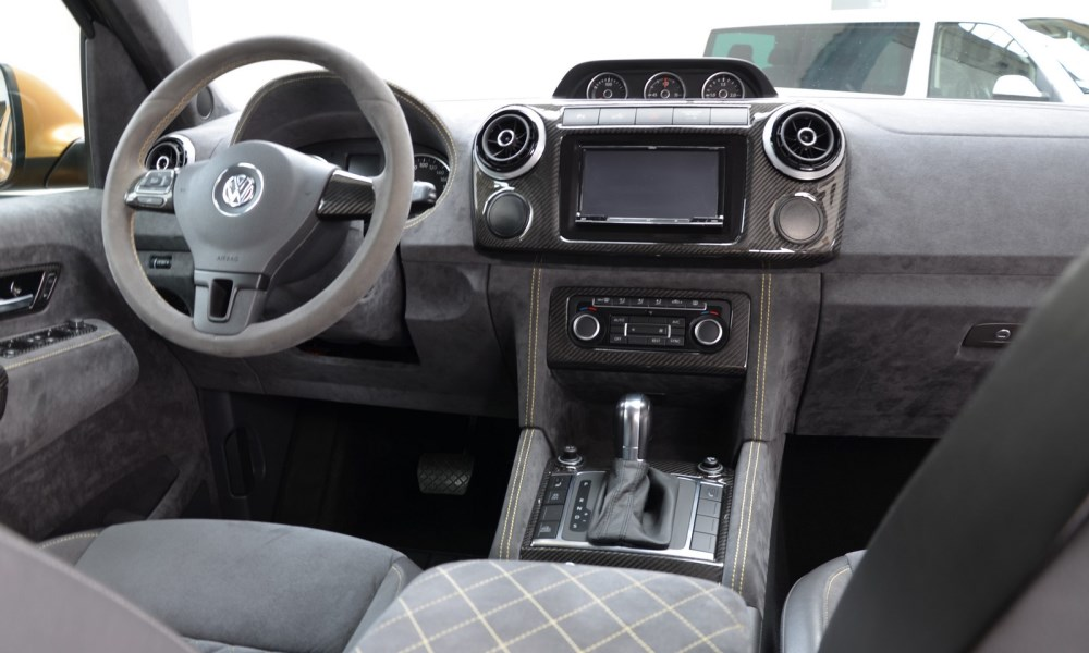 To give the interior a high-end look MTM has made use of leather, Alcantara and CF trimmings.
