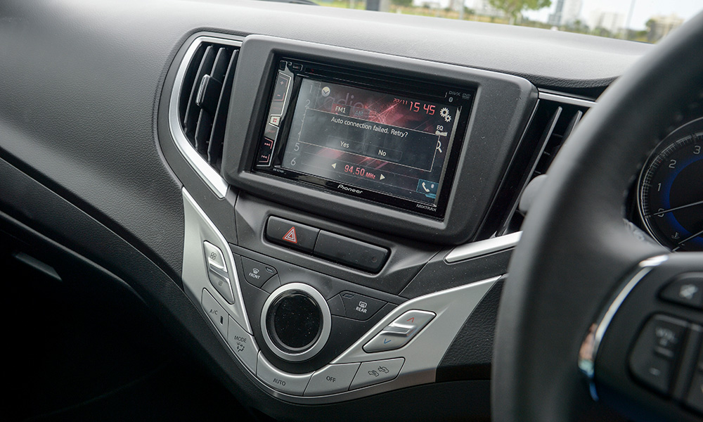 Aftermarket Pioneer system offers a responsive screen and easy coupling via Bluetooth.