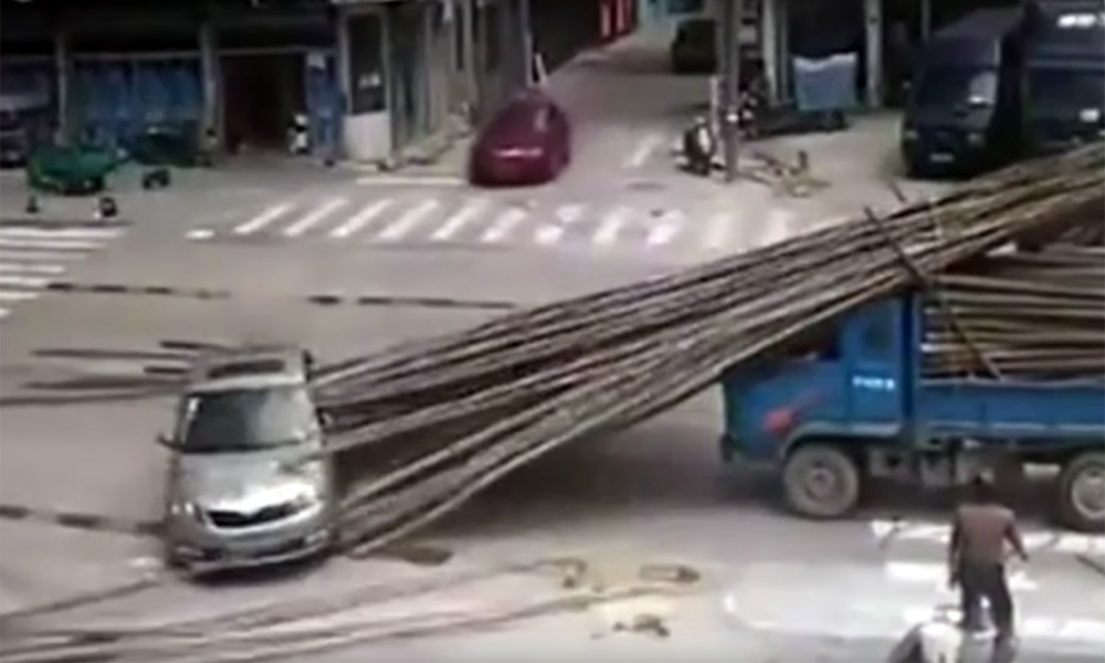 Bamboo poles skewer car in China