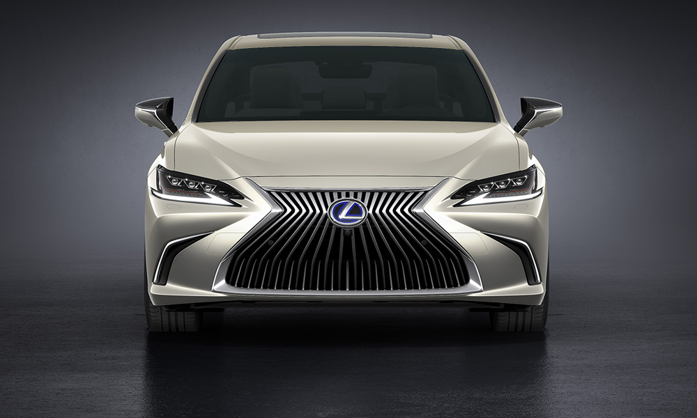 The ES300h features the standard grille.