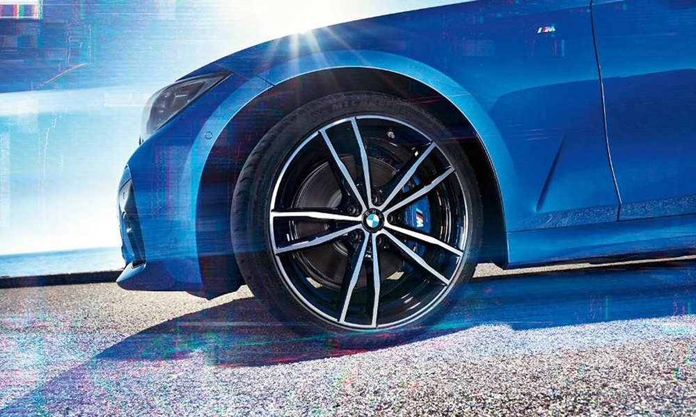 This more revealing image sees the 2019 3 Series with M Sport branded brake callipers and alloy wheels, shod in Michelin rubber.