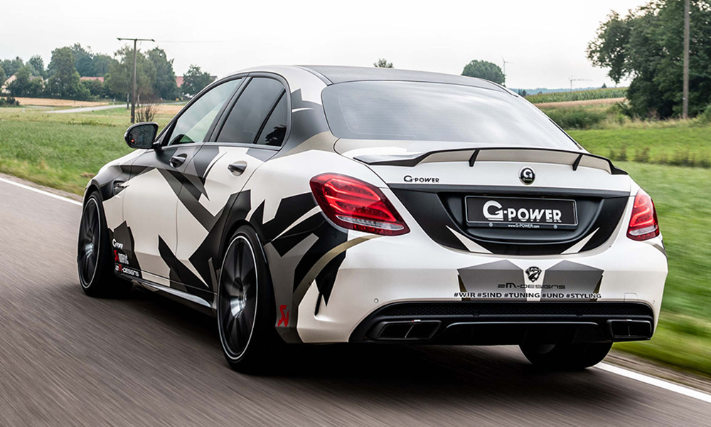 An Akrapovič exhaust system ensures the sedan sounds even more aggressive.