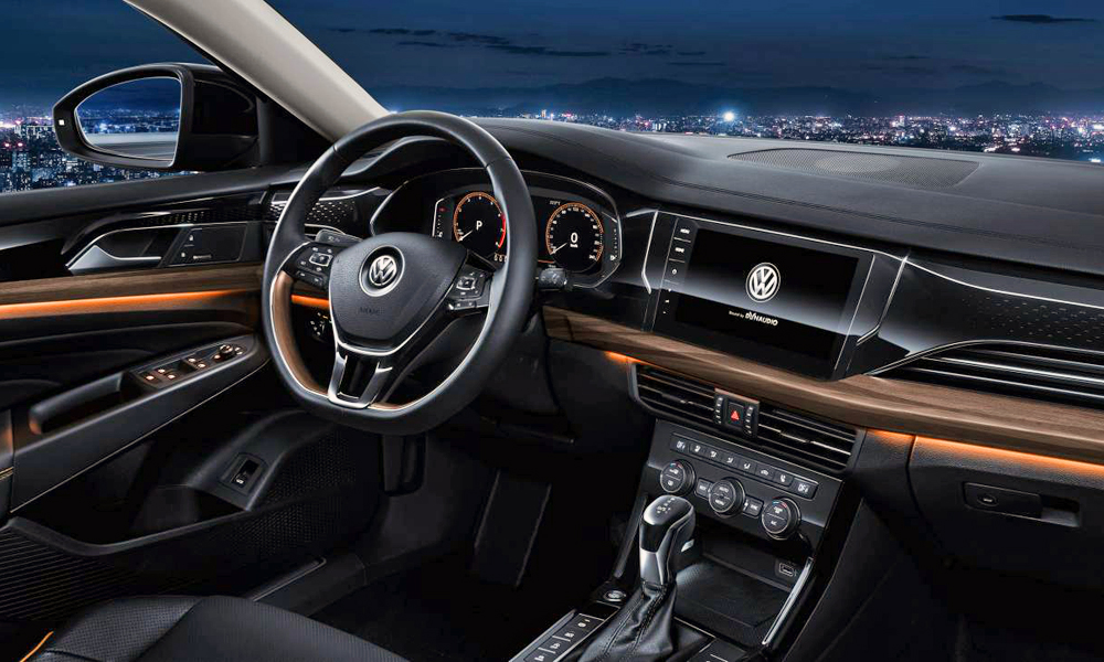 Note the digital instrument cluster and the 10,25-inch touchscreen.
