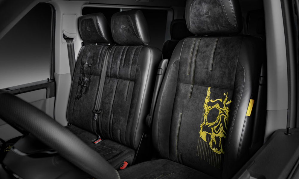 Black-and-yellow skull motifs are found on the seats. The front pews are finished in Alcantara.