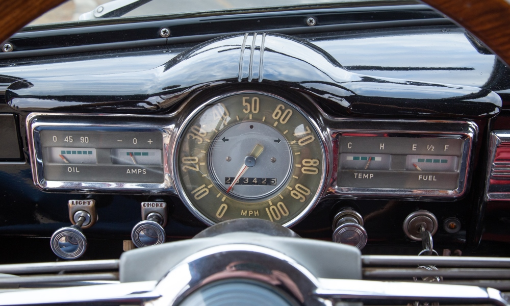 The speedometer is in clear view through the big, thin-rimmed steering wheel.