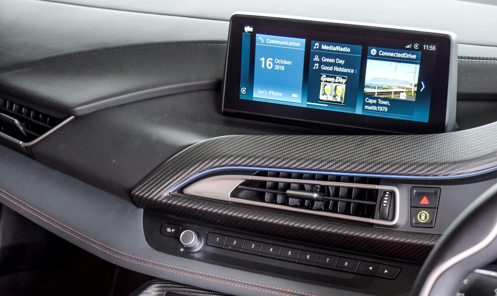 The 8,8-inch central display controls sat-nav and music to the 11-speaker Harman Kardon sound system.